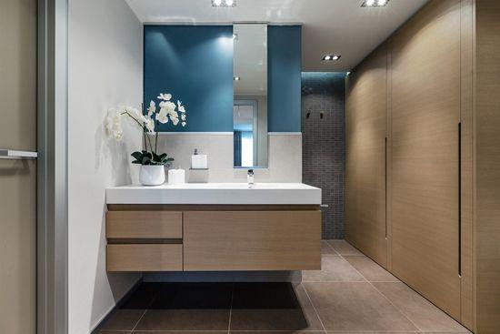 房價不斷上漲,越來越多的人都選擇了地理位置優越、價格適中的二手房。但是,老房子,就意味著老設計,衛生間普遍都存在空間窄小、功能安排不合理的現象。那么,如何才能裝修出一個舒適、方便的大衛生間呢?  衛生間翻新 一、加強采光 巧妙利用光線,可以很好地改變空間感。明亮的采光,可以讓人感覺到空間的提升,而黯淡的光線,則會使人覺得空間窄小、不舒服。二手房的采光通常不是很好,因此打造空間感首先就要從采光入手。 二手房衛生間的開窗很難改變,那么可以考慮增強室內采光,比如,利用磨砂玻璃、烤漆玻璃、單面玻璃等玻璃材質制作